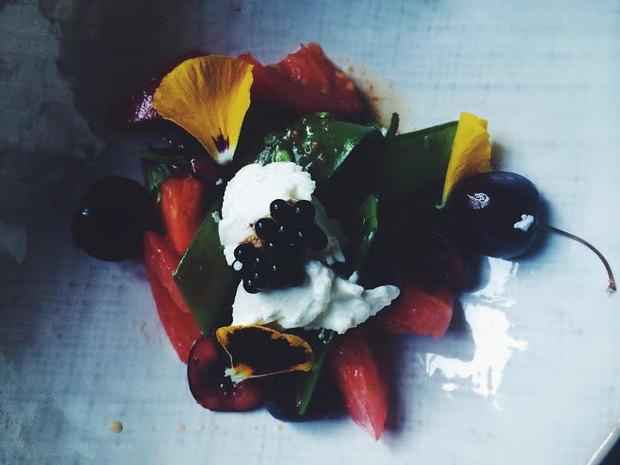 Салат из томатов «бычье сердце» с ташкентской черешней и козьим сыром. Изображение № 1.