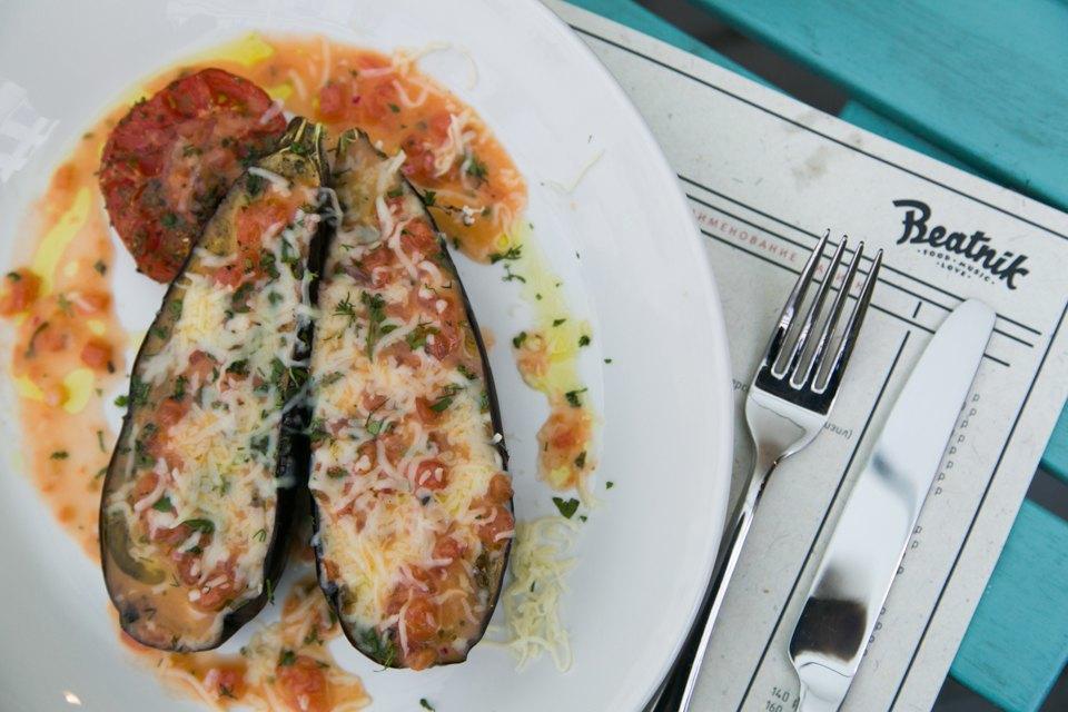 Баклажан, запеченный с томатами и сыром сулугуни — 380 рублей . Изображение № 14.