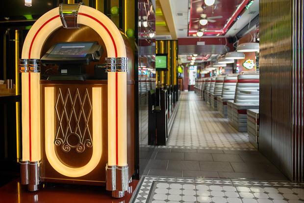 «Две палочки» открылись в стиле американского придорожного кафе. Изображение № 4.