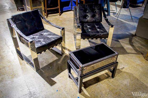 Кресло Martini Strap Armchair, Esquire Home — 98230 рублей, сундук на подставке Dark & Stormy, Esquire Home — 58590 рублей. Изображение № 10.