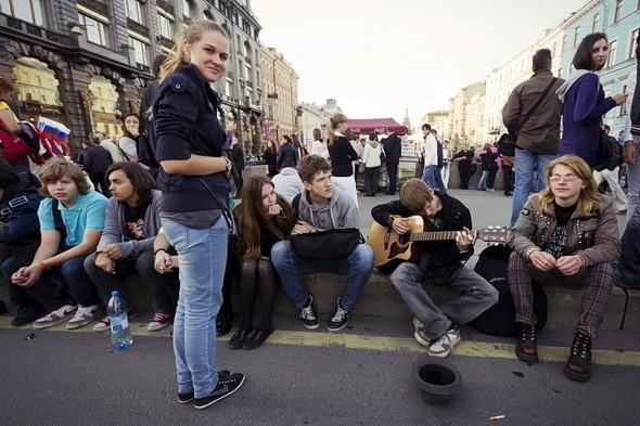 За пару часов до начала на Казанском мосту собираются выпускники. Парню с гитарой никто не подаёт: у бывших школьников не так много денег, а остальные пытаются наскрести на пригласительный.