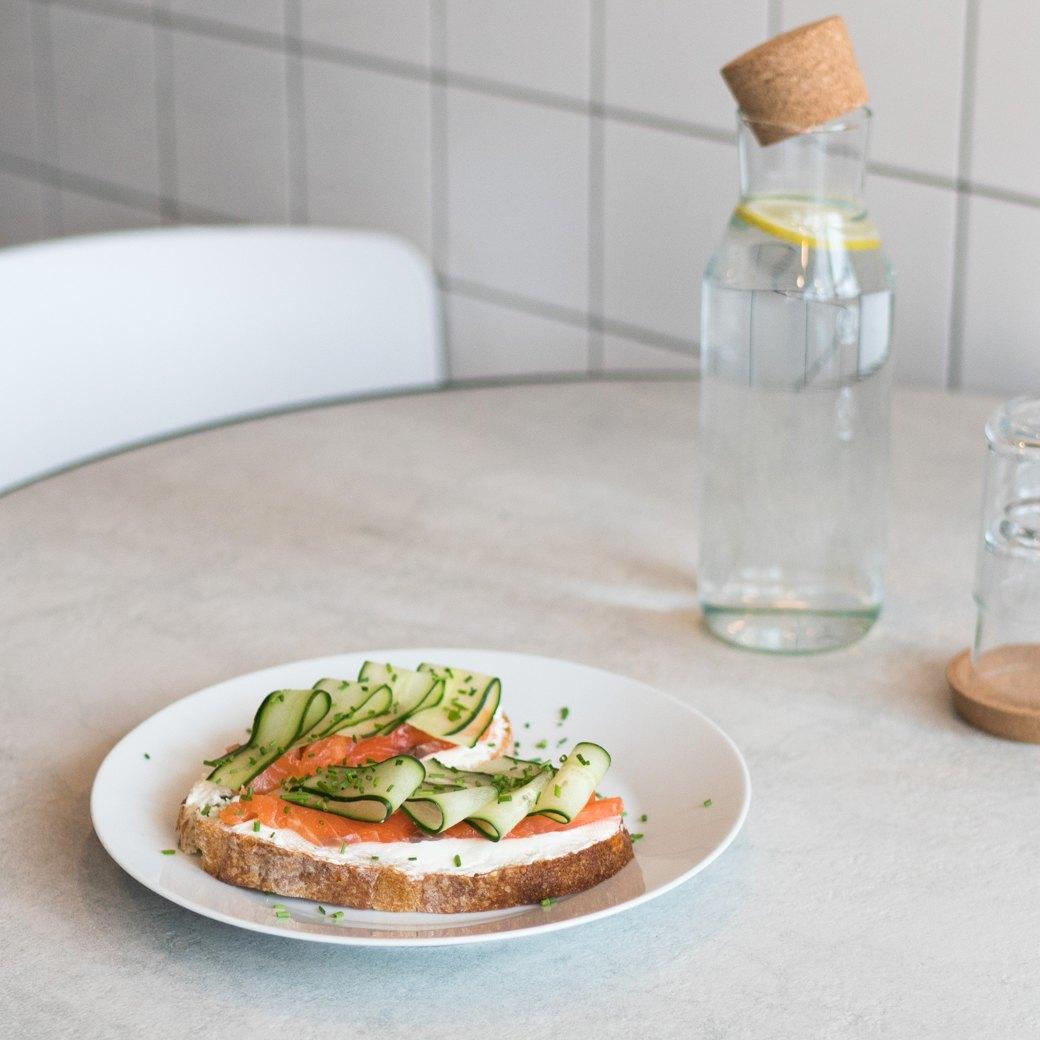 Сендвич со слабосолёным лососем, сливочным сыром и огурцом, 380 рублей. Изображение № 9.