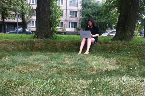Wi-Fi-газон с диваном из травы появился в Купчине. Изображение № 3.