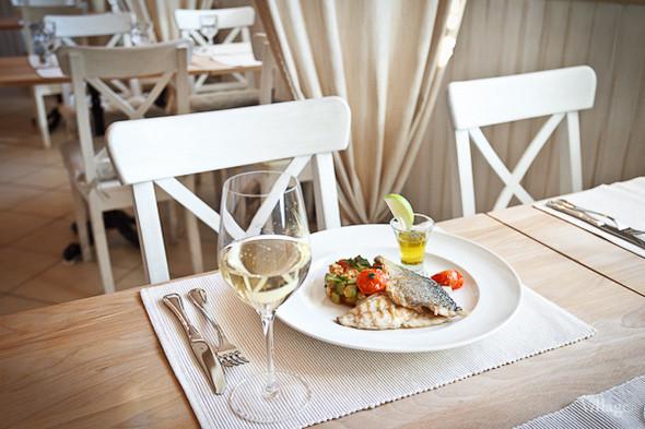 Дорада, обжаренная на гриле, с гарниром из креветок и авокадо под лаймовым соусом. Изображение № 17.