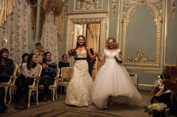 В петербургском загсе женят двух невест. Изображение № 2.