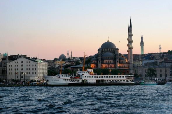 У берегов Стамбула вода настолько чистая, что на отмели видно медуз.. Изображение № 3.