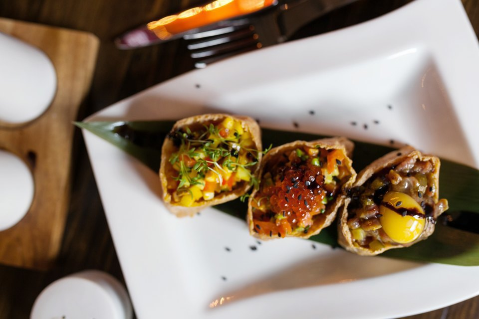 Сет тартар из овощей, рыбы и мяса на бамбуковом листе в жареном тофу — 360 рублей . Изображение № 10.
