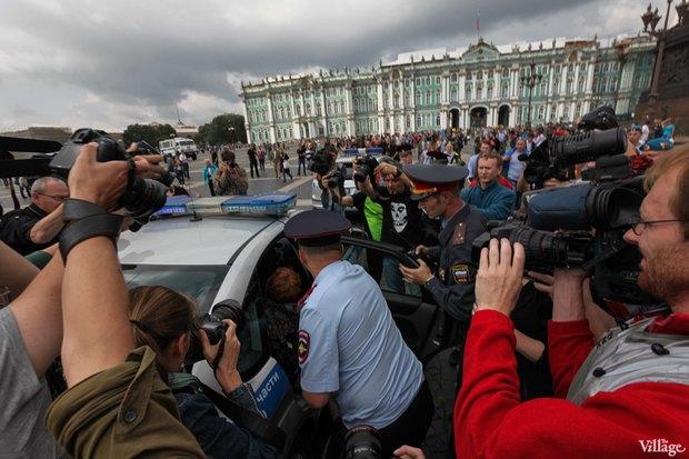 Фото дня: Десантники пытались избить гей-активиста на Дворцовой. Изображение № 5.