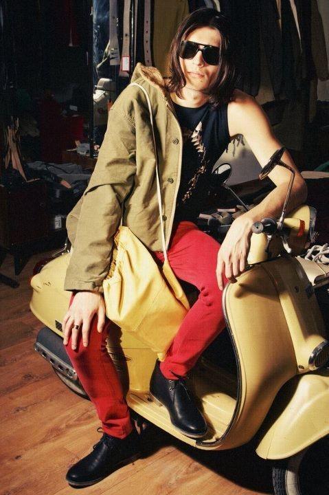 Майка Maison Martin Margiela,  куртка Sultanwash штаны Maison Martin Margiela, очки Bolle, ботинки Loake. Изображение № 7.