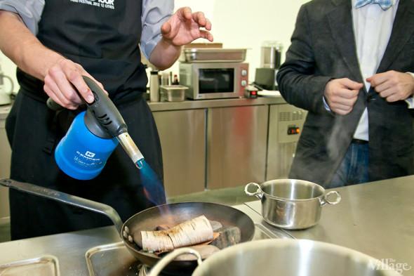 Omnivore Food Festival: Иван Березуцкий готовит суп из черноплодной рябины и нутрию в бересте. Изображение № 4.