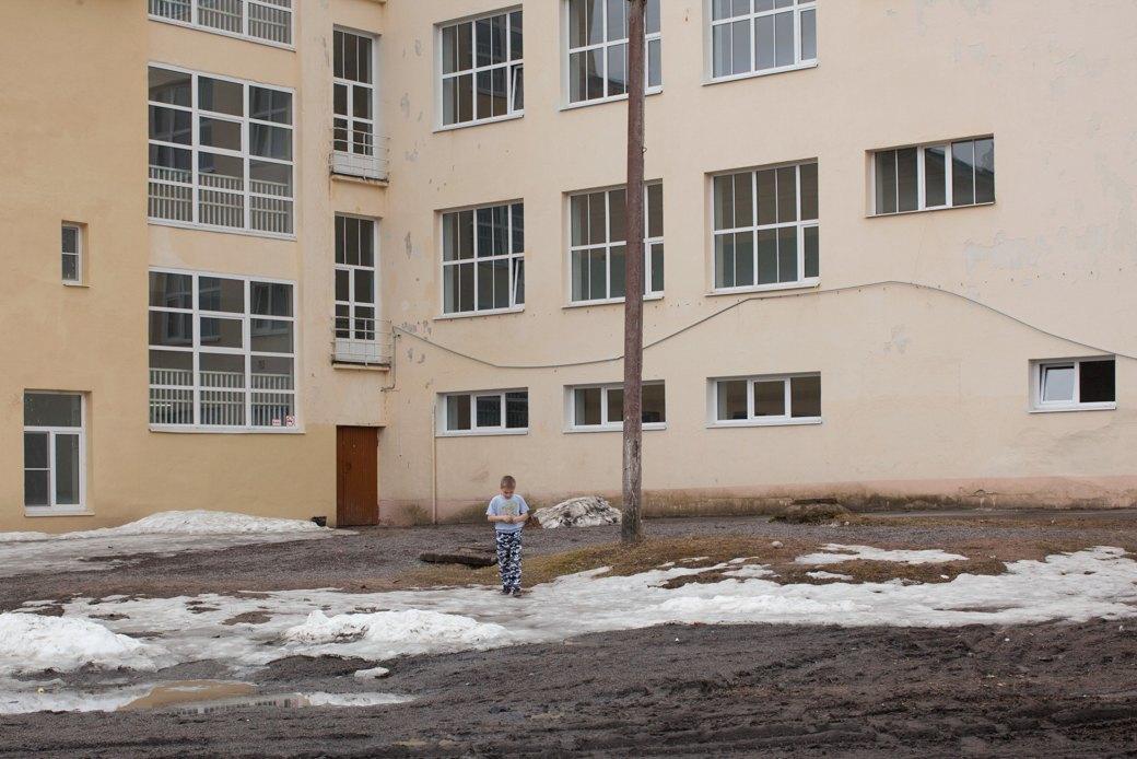 Школа № 2 Светогорска была построена архитектором Ялмари Гланкиненом в 1939 году — за год до того, как посёлок Энсо стал советским. Изображение № 24.