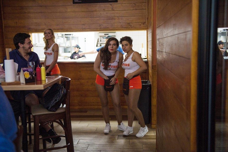 Полуголая правда: Как откровенно одетые официантки работают вмужском баре. Изображение № 5.