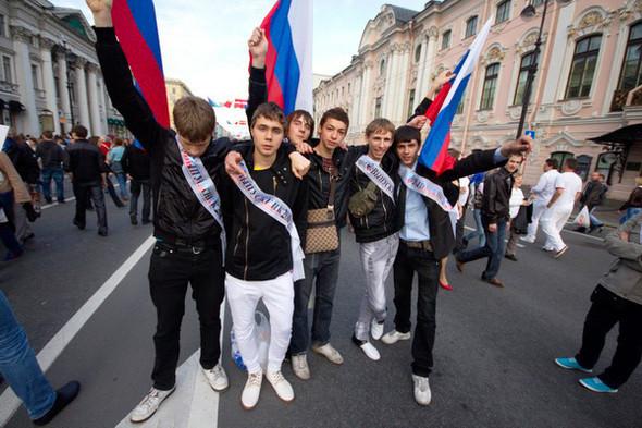 Когда парни брали флаги, то руководствовались отнюдь не патриотизмом. По ним можно найти своих из школы.