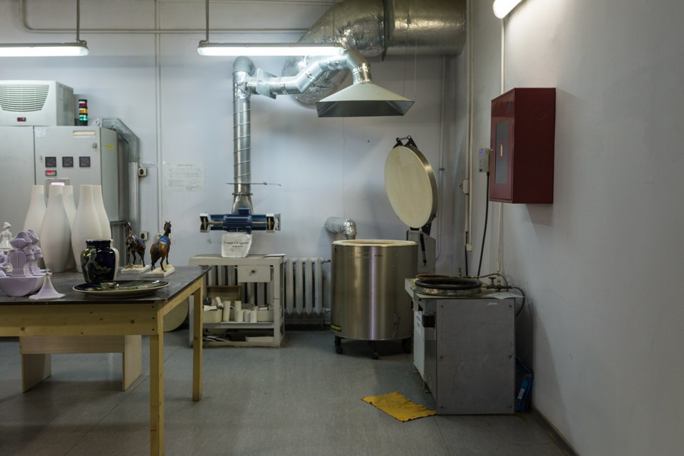 Как делают сервизы истатуэтки наИмператорском фарфоровом заводе. Изображение № 11.