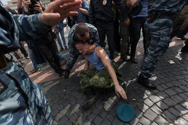 Фото дня: Десантники пытались избить гей-активиста на Дворцовой. Изображение № 12.