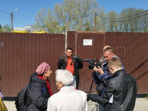 Активист «Красивого Петербурга» приковал себя наручниками кворотам стройки. Изображение № 2.