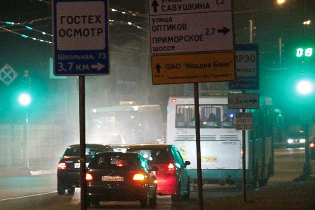 Автобус слева везёт горожан из центра в Коломяги, справа — с окраины города на Петроградскую сторону. Изображение № 9.