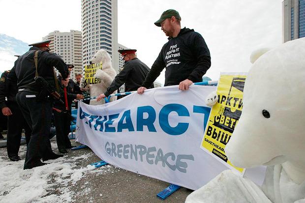 Белые медведи блокировали здание «Газпрома». Изображение № 4.