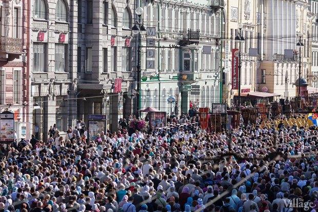 Фото дня: Крестный ход по Невскому проспекту. Изображение № 6.