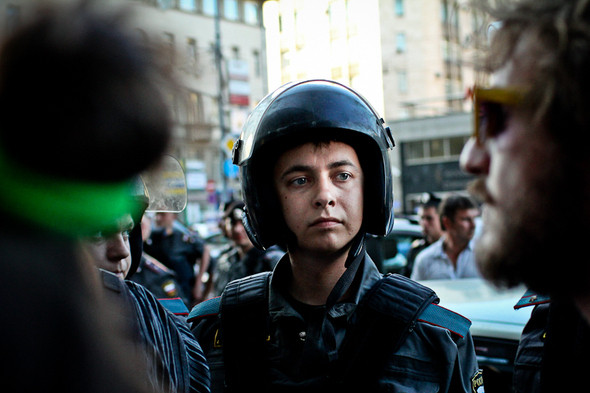 Представители полиции пытались увидеть, кто кричит в толпе, оппозиционеры же специально прятались. Иногда из группы выводили зачинщиков и тут же уводили в автобусы.