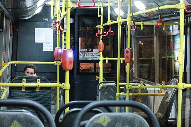 Большинство автобусов пока что идёт почти без пассажиров. Изображение № 6.