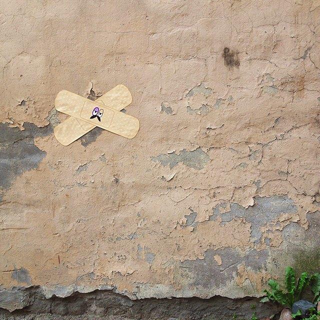 На стенах нуждающихся времонте петербургских домов появились гигантские пластыри . Изображение № 1.
