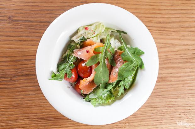 Салат с копчёной сёмгой и зелёной фасолью — 147 рублей . Изображение № 44.