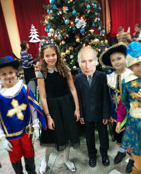 Мальчик вкостюме Путина нановогоднем утреннике . Изображение № 1.