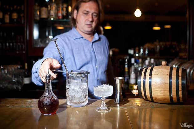 Засыпать льдом смесительный стакан и коктейльную рюмку. Изображение № 30.