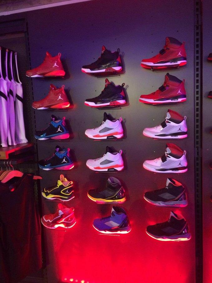 На Старом Арбате открылся обновлённый магазин Nike Sportswear. Изображение  № 1. a8458d27cb9