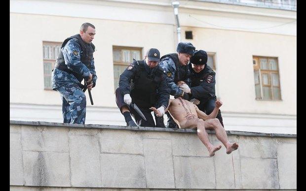Пётр Павленский отрезал себе мочку уха вовремя акции «Отделение». Изображение № 3.