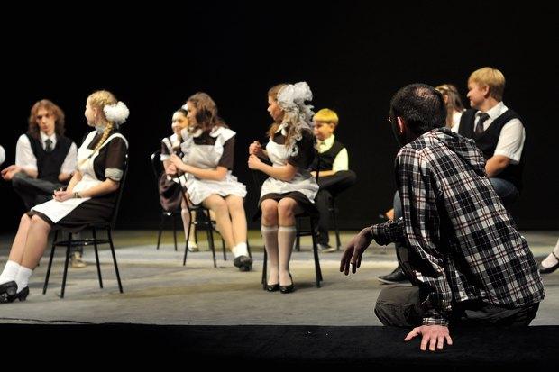 Сцена из спектакля «Я (не) уеду из Кирова». Изображение № 2.