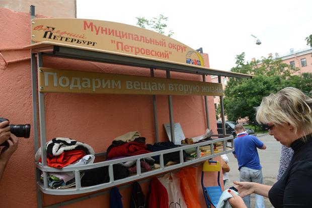 На Петроградской повесили вешалку для обмена ненужными вещами. Изображение № 1.