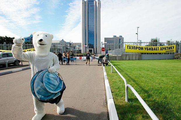 Белые медведи блокировали здание «Газпрома». Изображение № 3.