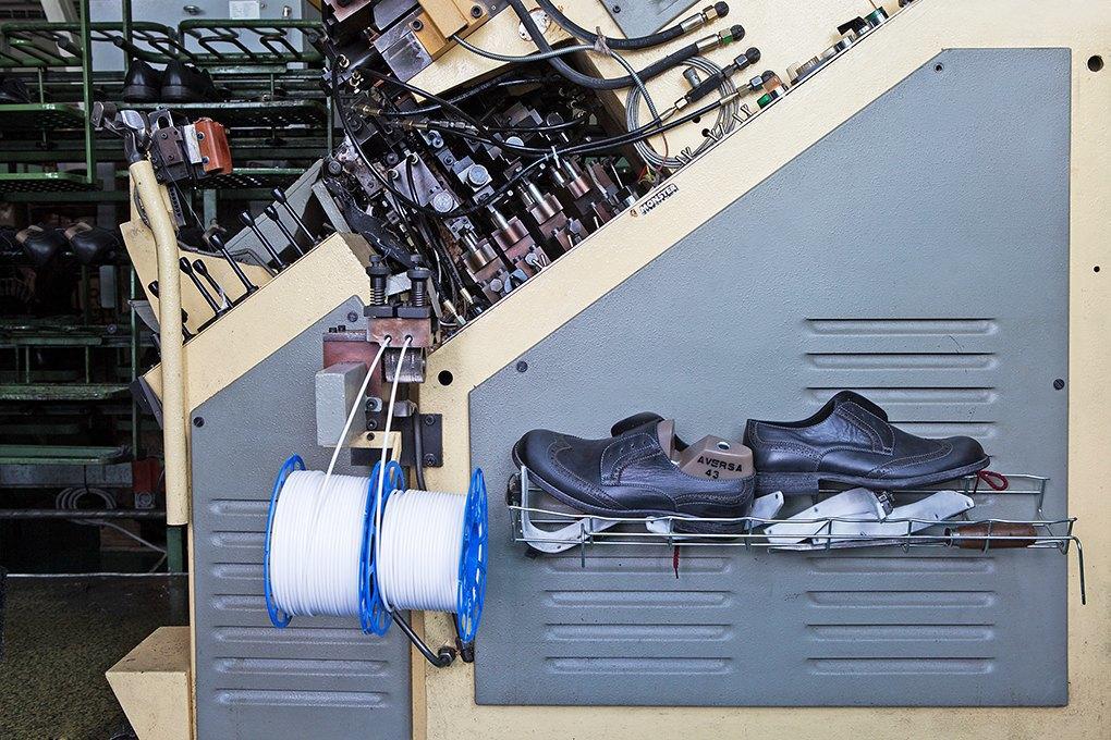 Производственный процесс: Как делают ботинки. Изображение № 20.