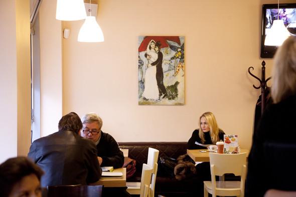 Интерьер кофейни украсили репродукции картин Марка Шагала.. Изображение № 2.