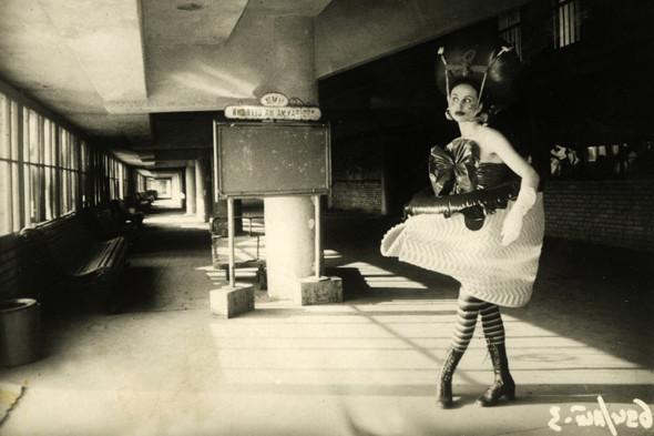 """Модель Ирен Бурмистровой из коллекции """"Прикид на послезавтра"""". Фото И. Пиганова, 1989 год.. Изображение № 5."""