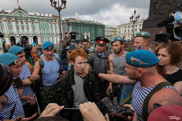 Фото дня: Десантники пытались избить гей-активиста на Дворцовой. Изображение № 2.
