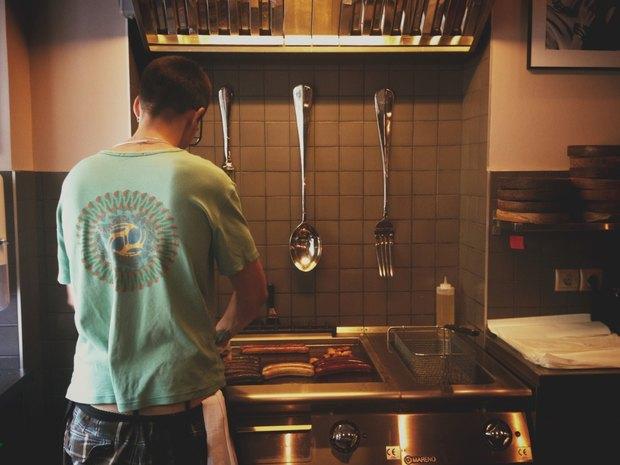 На Малой Бронной открылась сосисочная Ess-Thetik. Изображение № 7.
