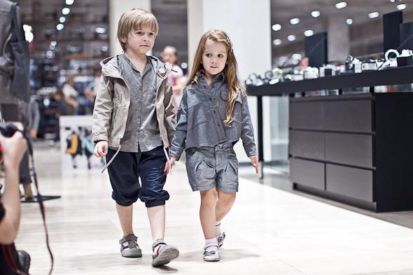 Они в такой одежде, что даже без игрушек. Они одни, что ль, идут? А почему они одни идут? Без мамы?. Изображение № 26.