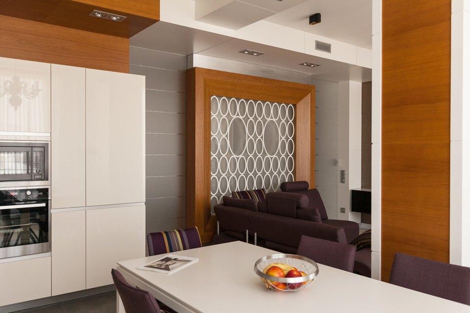 Трёхкомнатная квартира сострогим интерьером. Изображение № 7.