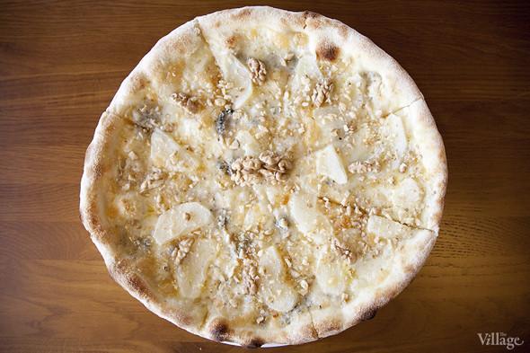 Пицца «Густо» с горгонзолой, грушей и грецким орехом —420 рублей. Изображение № 31.