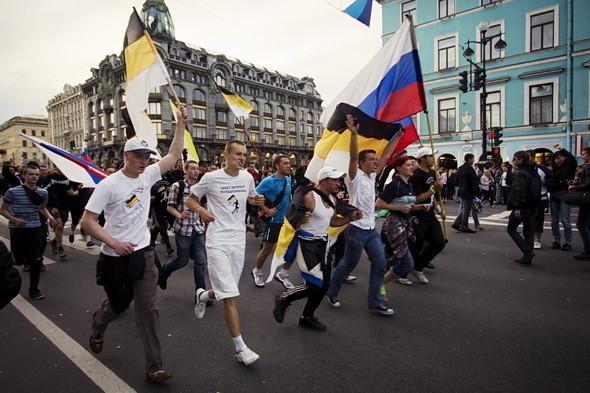 Колонна националистов стремительно пробегает в направлении Гостиного двора, неся в руках имперские флаги. На некоторых участниках замечены футболки «Русские — это сила» и «Русский — значит трезвый».