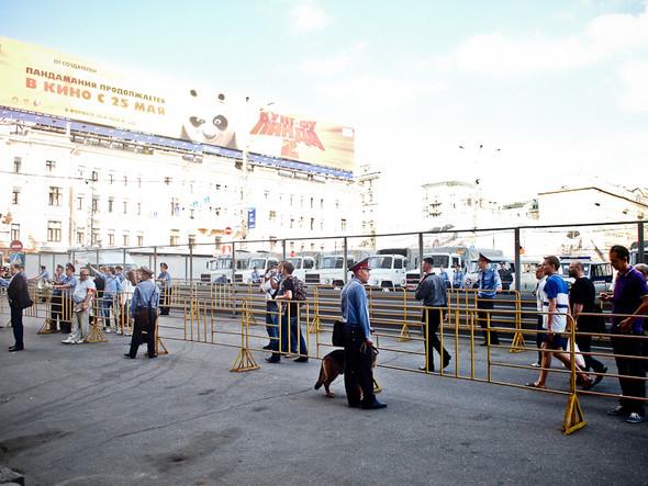 Самое начало несанкционированного митинга. Триумфальная площадь поделена на зоны, расставлены ограждения там, где полиция ожидает скопления людей.