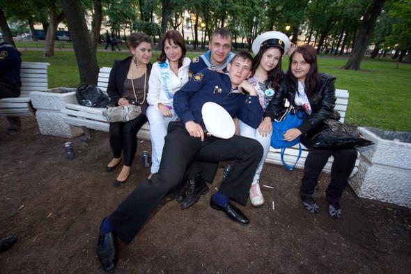Курсанты Нахимовского отсиживаются в тени Александровского сада с девушками. Ребята навеселе, и их не пускают на празднество у Эрмитажа.