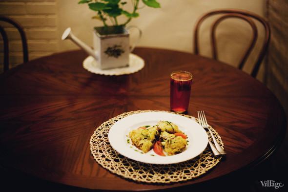 Картофельные драники, фаршированные свежими овощами и грибами — 190 рублей, клубничный компот с мятой — 40 рублей. Изображение № 34.