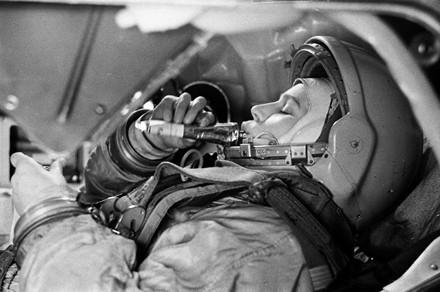 Б. Смирнов. Валентина Терешкова в тренажере космического корабля «Восток» (1963)