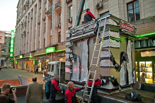Изображение 9. Фоторепортаж: На Тверской улице появился первый ларёк нового образца.. Изображение № 5.