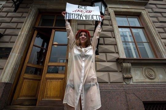 КЗаконодательному собранию вышла спикетом девушка вполупрозрачной одежде. Изображение № 1.