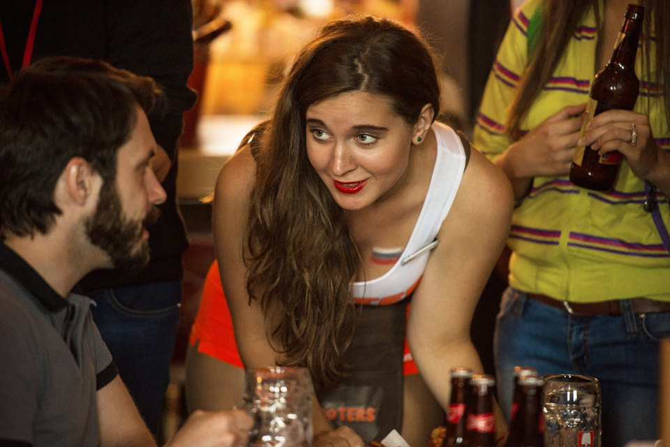 Полуголая правда: Как откровенно одетые официантки работают вмужском баре. Изображение № 12.